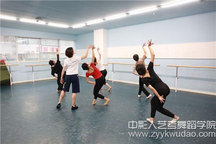 中影人名师指导民间舞课程1.jpg