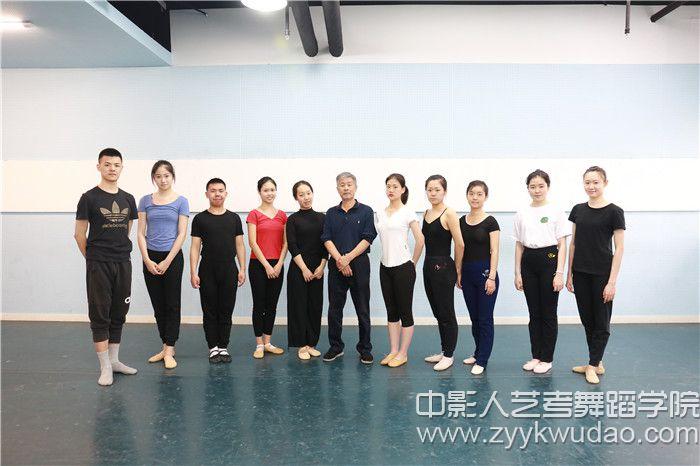 北京舞蹈学院姜振良教授与体验营部分学员合影.jpg