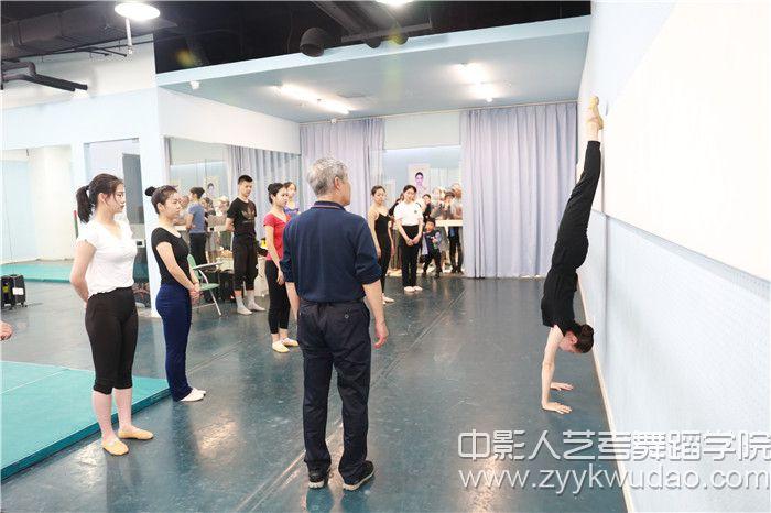 北京舞蹈学院副教授·北舞附中中国舞系技术技巧教研室高级讲师姜振良教授指导授课.jpg